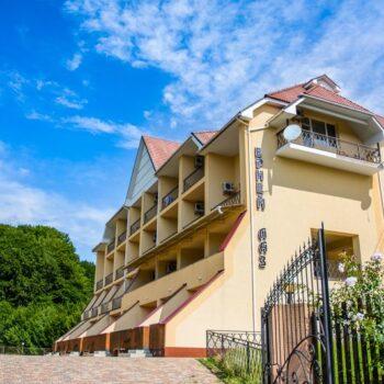Туристический комплекс Эрней Лаз - здание гостиницы